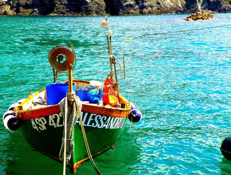 在绿色水的小船 库存照片