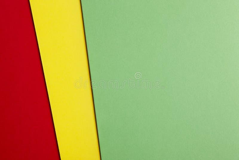 在绿色黄色红色口气的色的纸板背景 复制温泉 免版税库存照片