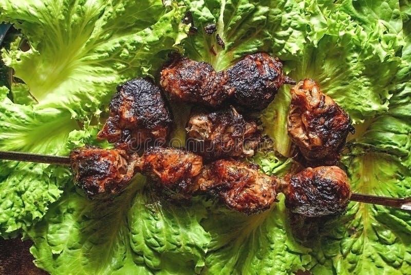 在莴苣叶子的烤肉猪肉 免版税库存照片