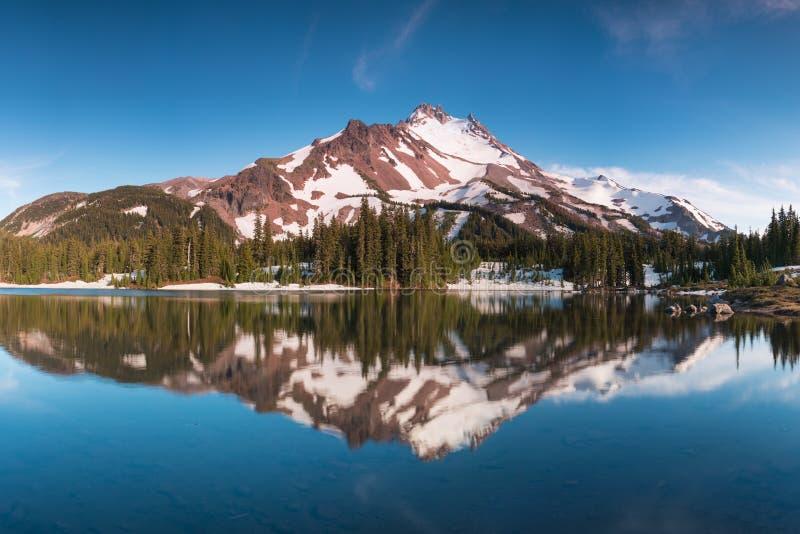 在10,492英尺高,Mt杰斐逊是俄勒冈的其次最高的山 登上杰斐逊自然保护区,俄勒冈 免版税库存图片