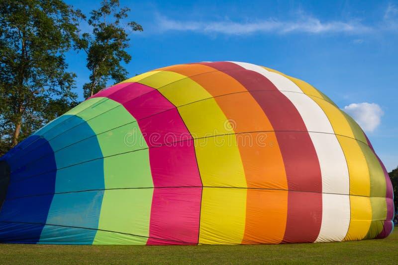 在绿草的五颜六色的热空气气球 库存图片