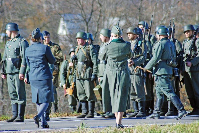 在绿草的德国战士reenactors步行 库存图片