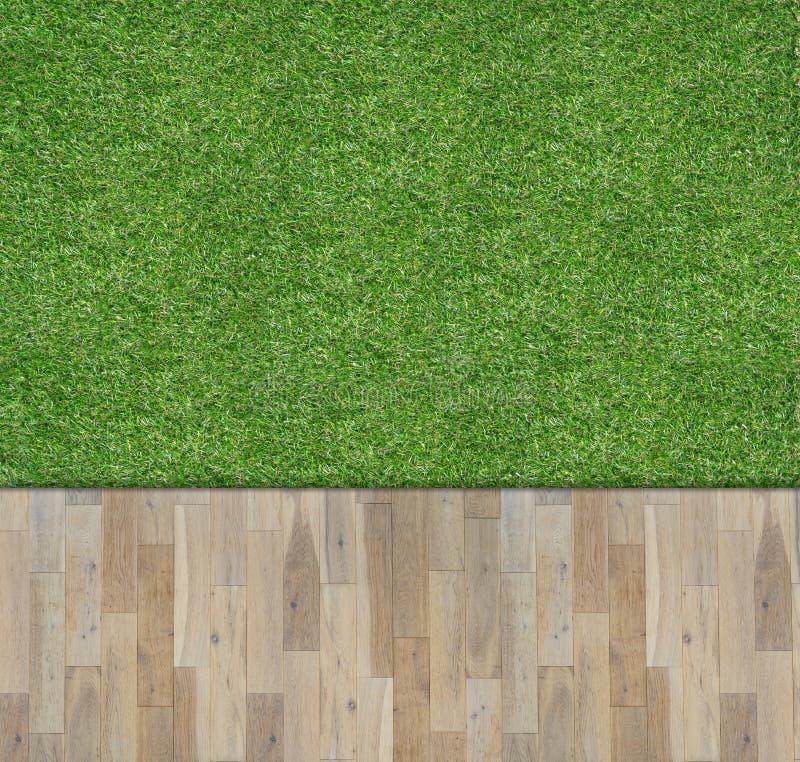 在绿草的木板 免版税库存照片