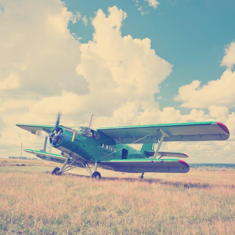 在绿草的老飞机 免版税库存照片