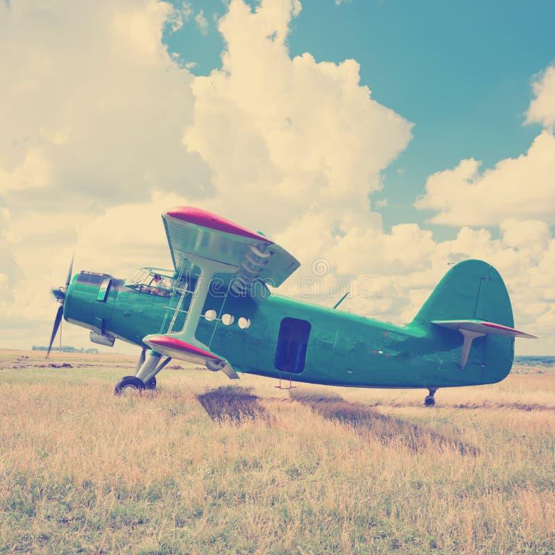 在绿草的老飞机 免版税库存图片