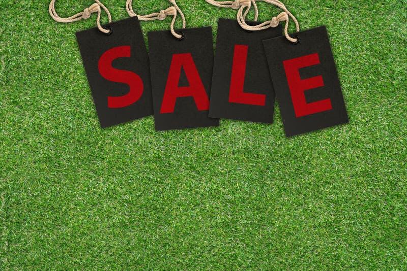 在绿草的销售标记 免版税库存照片