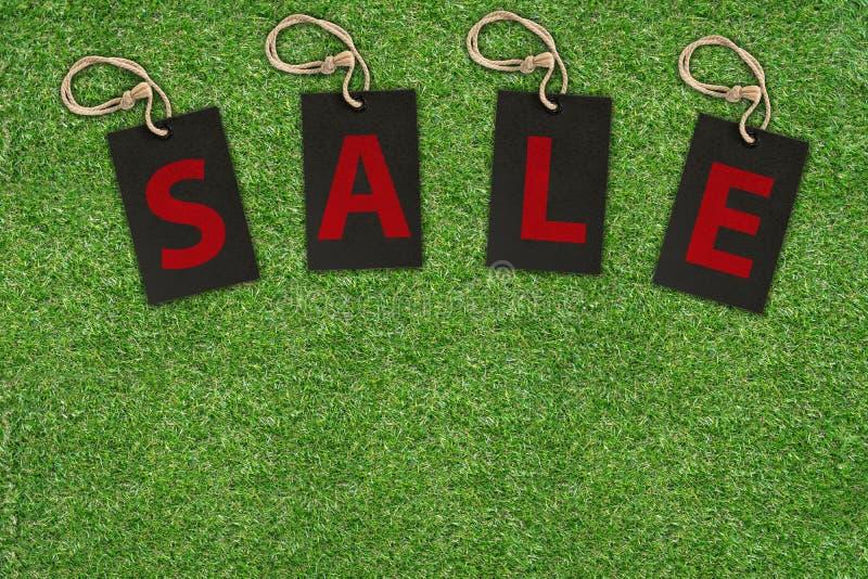 在绿草的销售标记 免版税库存图片