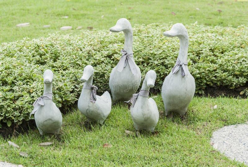 在绿草的陶瓷鸭子装饰雕塑 免版税库存图片