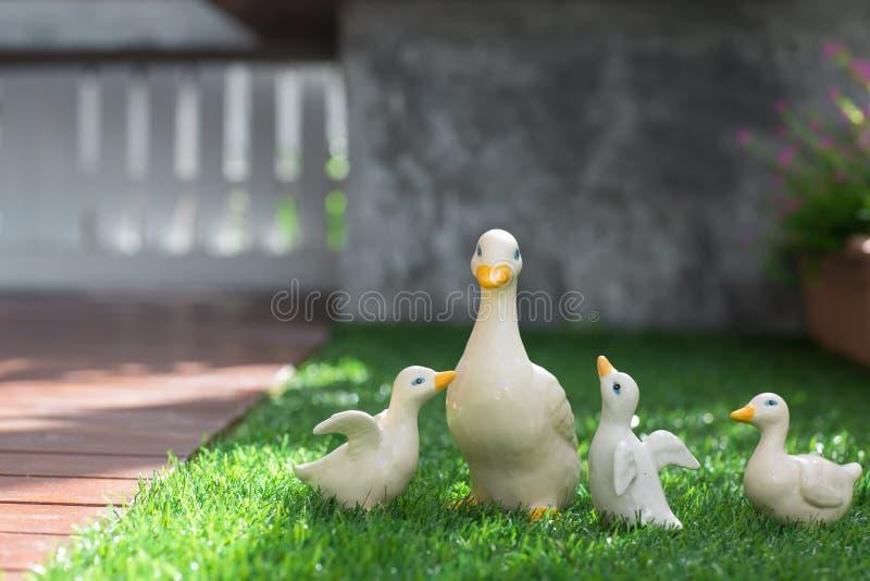在绿草的陶瓷鸭子 免版税库存照片