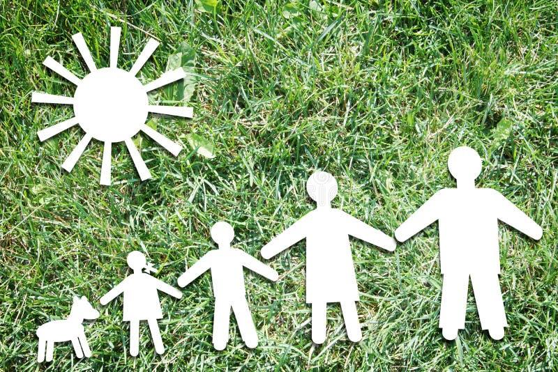 在绿草背景的愉快的大传统家庭  免版税库存图片