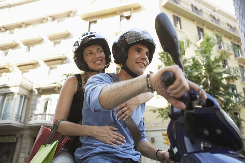 在滑行车微笑的夫妇 免版税库存图片