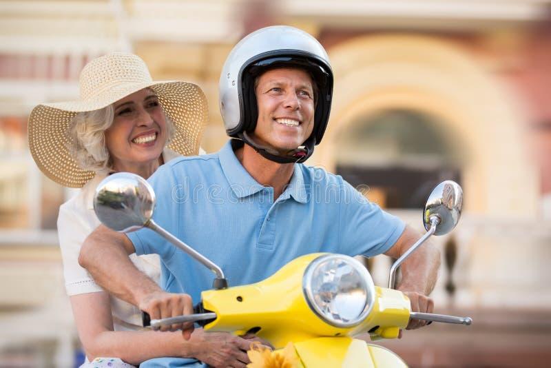 在滑行车微笑的成熟夫妇 免版税库存图片