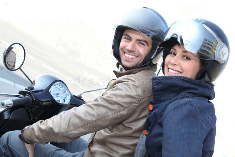 在滑行车的夫妇 免版税库存照片