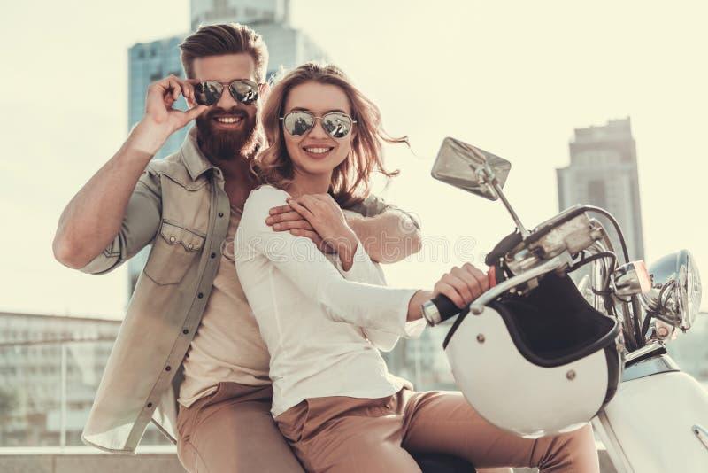 在滑行车的夫妇 免版税库存图片