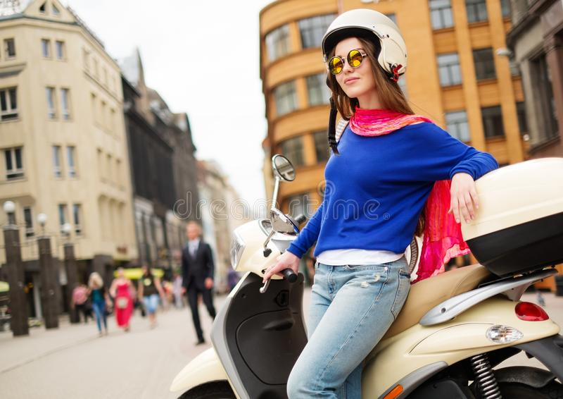 在滑行车附近的女孩在欧洲城市 免版税库存照片