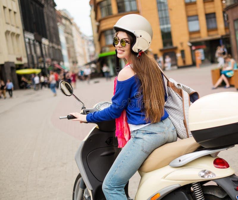 在滑行车附近的女孩在欧洲城市 库存照片