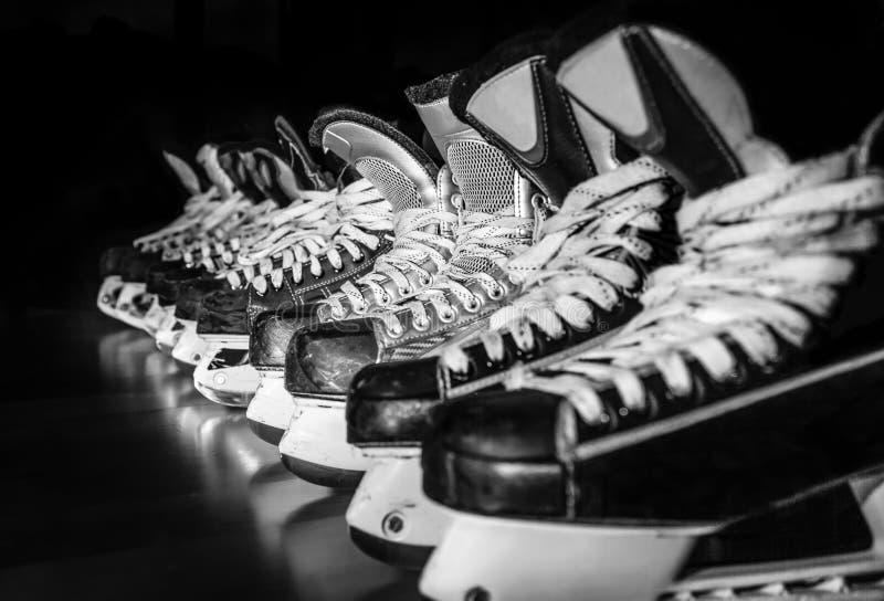 在更衣室排队的曲棍球冰鞋 免版税图库摄影