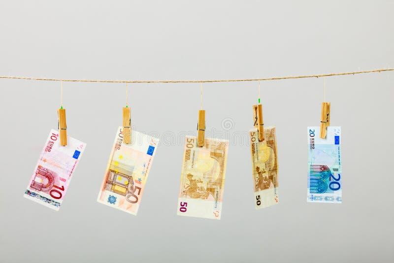 在洗衣店线的钞票 图库摄影