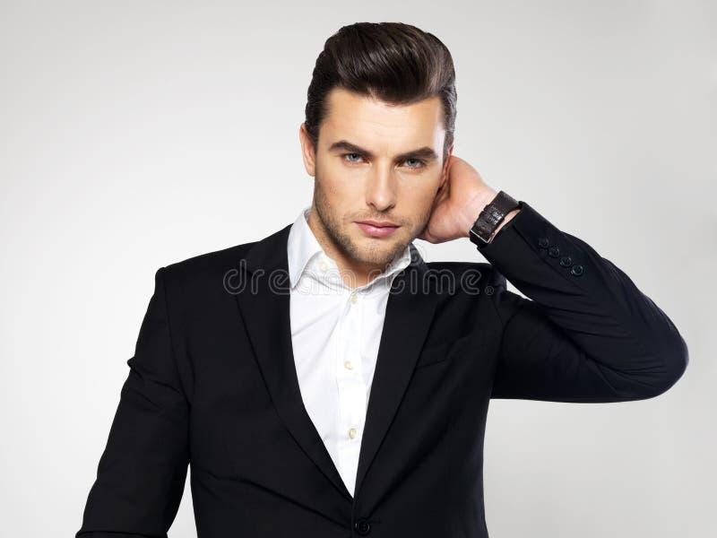在黑衣服的时尚年轻商人 免版税库存图片