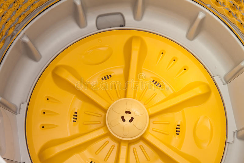 在洗衣机里面的旋转洗衣机 库存图片