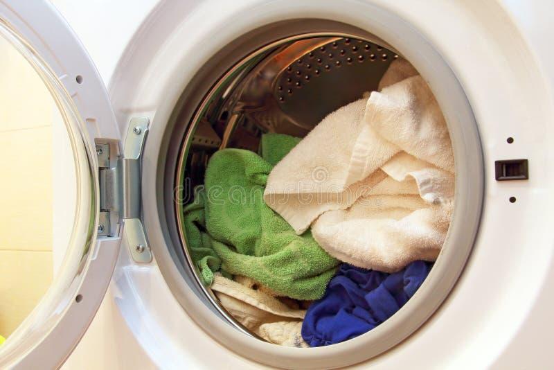 在洗衣机里面的衣裳 库存图片