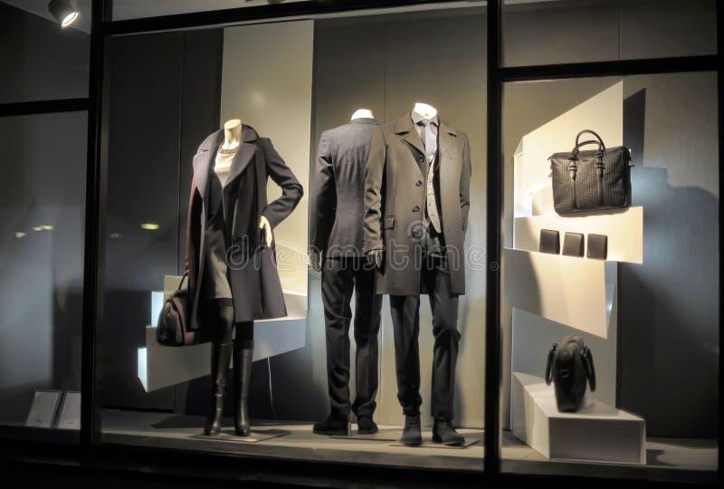 在黑衣裳的时装模特在商店窗口里 库存照片