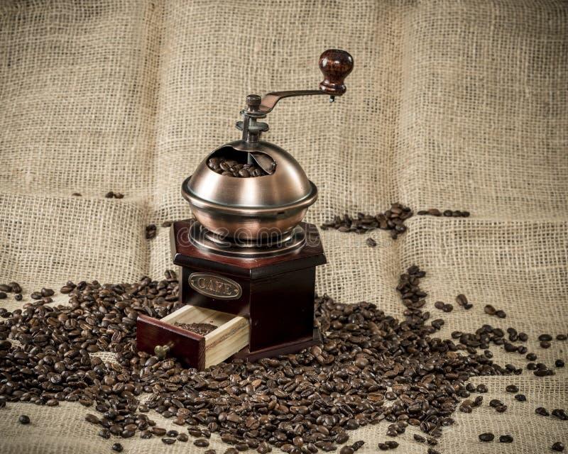 在黄麻袋子的磨咖啡器 免版税库存图片