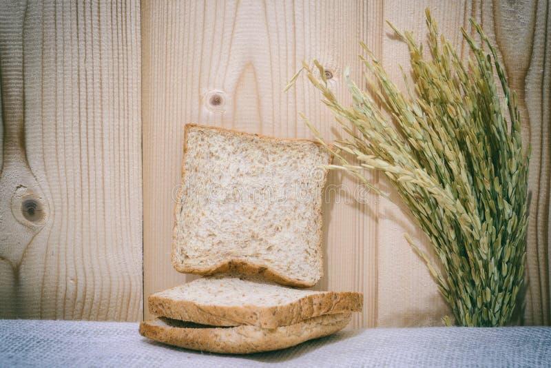 在麻袋布的普通小麦 库存照片