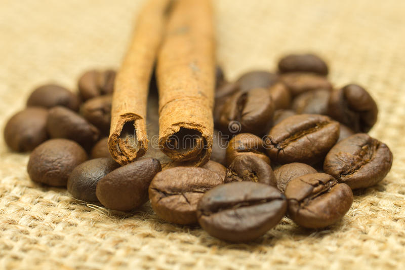 在麻袋布的桂皮枝和小组咖啡豆 库存图片