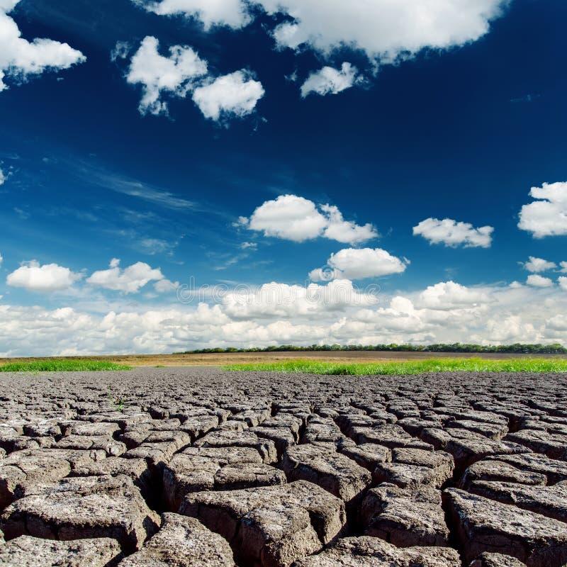 在破裂的地球的严重的天空 库存图片