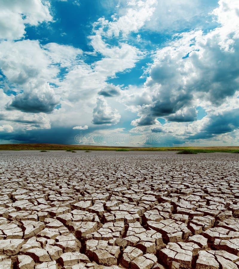 在破裂的地球的剧烈的天空 图库摄影
