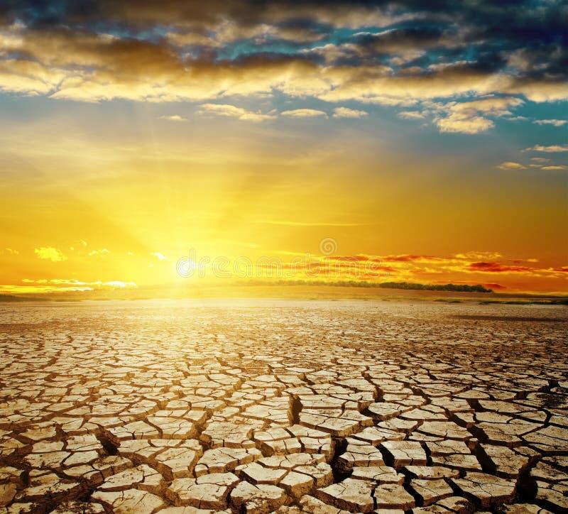 在破裂的地球的剧烈的日落 免版税库存照片