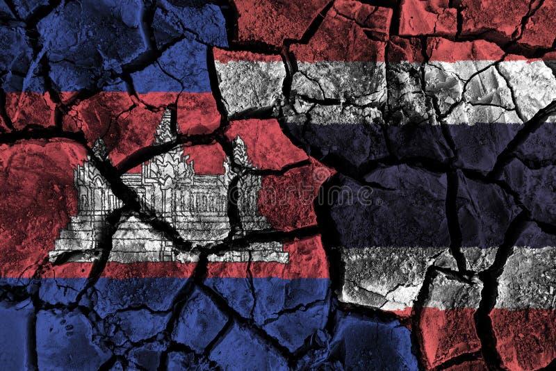 在破裂的地面的柬埔寨和泰国旗子 抵触和危机概念 向量例证