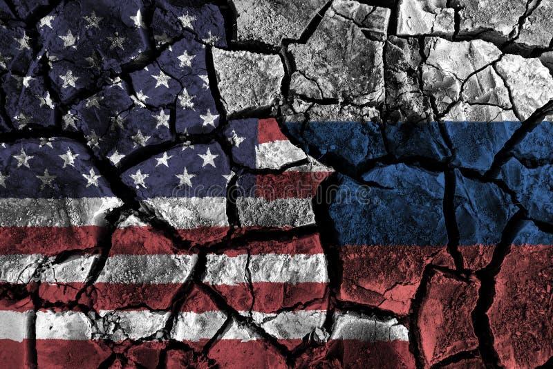 在破裂的地面的美国和俄罗斯旗子 抵触和危机概念 库存例证