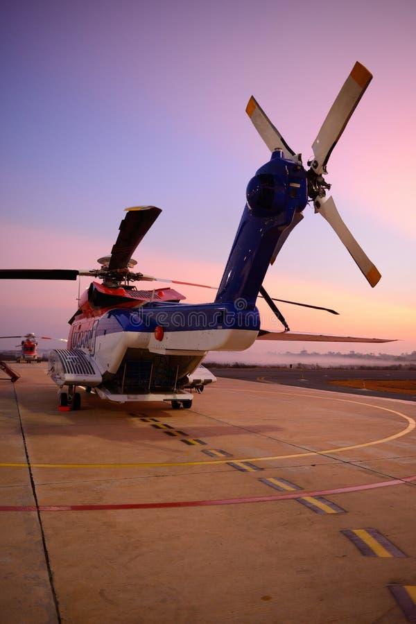 在围裙的近海抽油装置直升机在跑道旁边 免版税库存照片