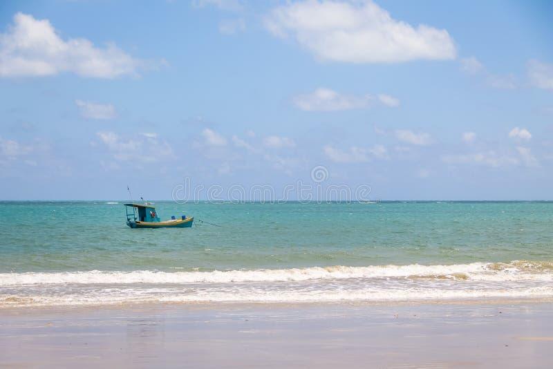 在巴西海岸- Pirangi,北里约格朗德,巴西的小渔船 免版税库存照片