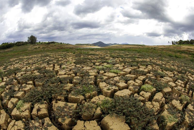 在巴西cantareira水坝- Jaguari水坝的天旱土壤 免版税图库摄影