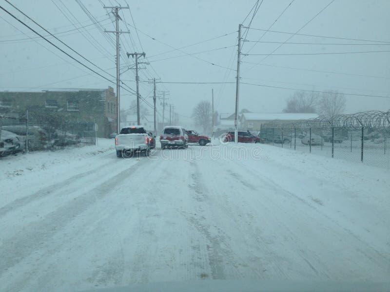 在主要雪风暴的封锁的城市道路 免版税库存照片