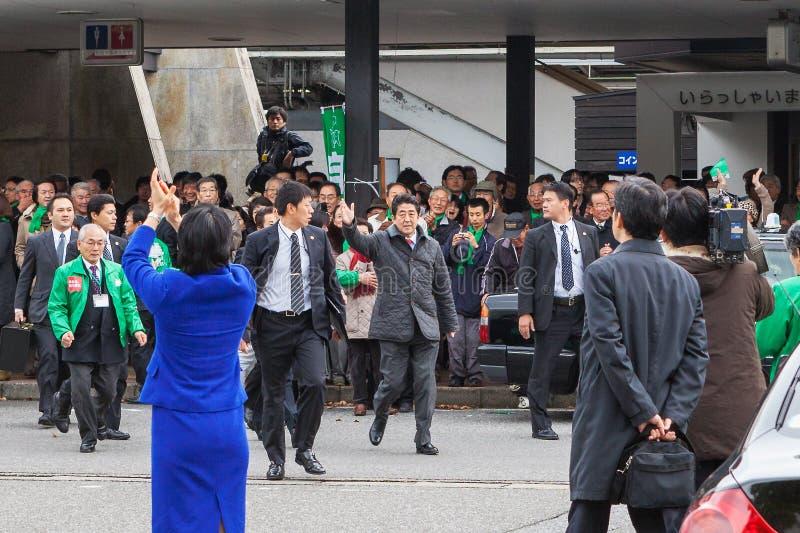 在他详细检查期间的日本总理大臣安倍晋三 免版税图库摄影
