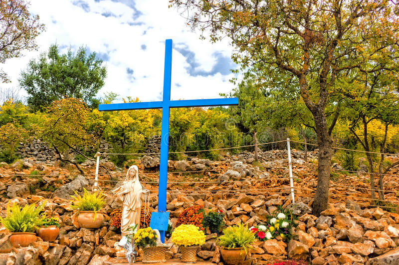 在幻象山的蓝色十字架在Medjugorje 免版税库存照片