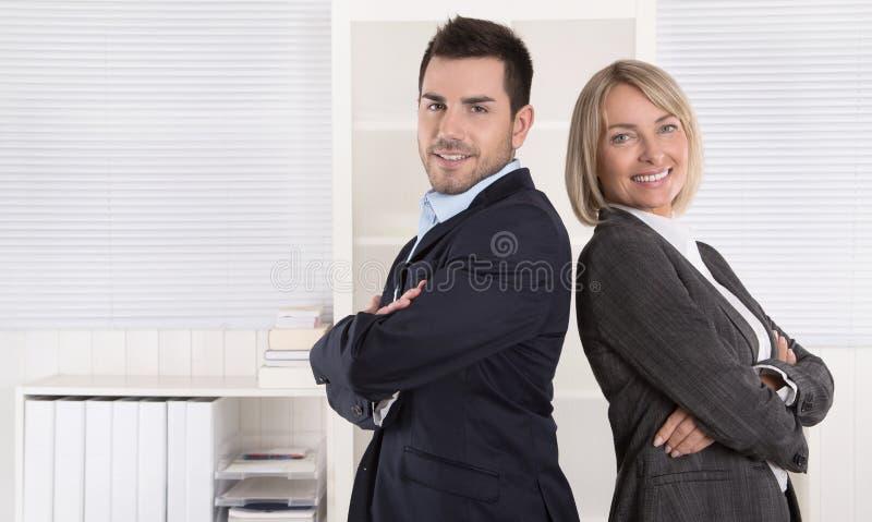 在画象的专业资深和小辈企业队在 免版税库存照片