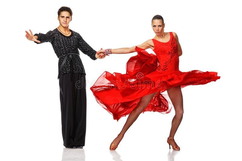 在活跃拉丁美州的舞蹈的美好的夫妇 免版税库存照片
