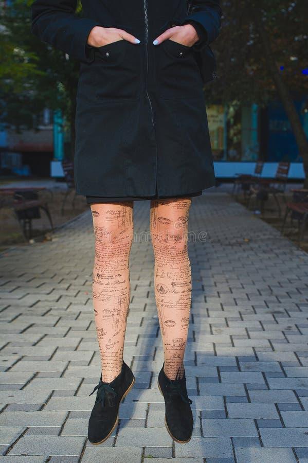 在贴身衬衣的妇女腿 免版税图库摄影