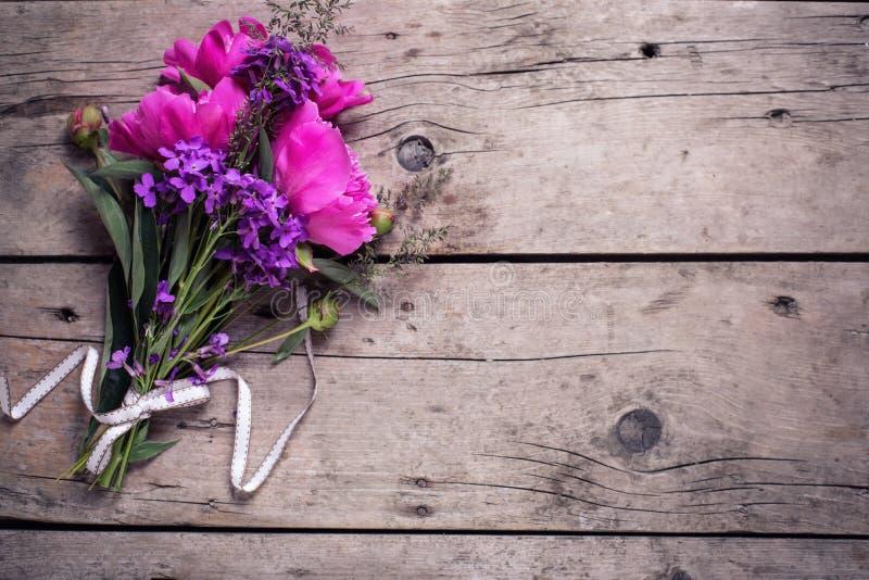 Download 在年迈的木背景的桃红色牡丹花 库存照片. 图片 包括有 看板卡, 图象, 牡丹, 背包, 复活节, 本质 - 72357058