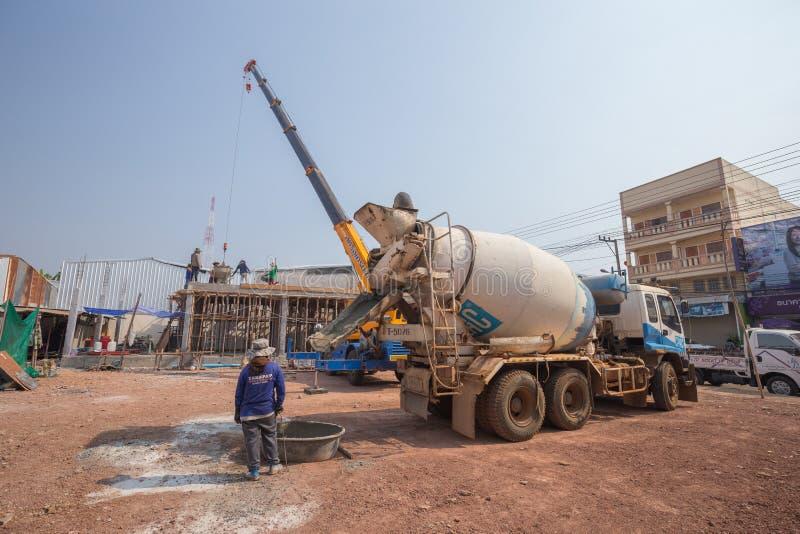 在建造场所的混凝土搅拌机卡车倾吐的水泥 免版税库存照片