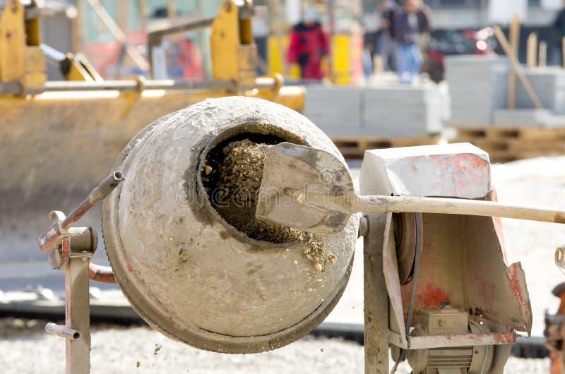 在建造场所的混凝土搅拌机 免版税库存照片