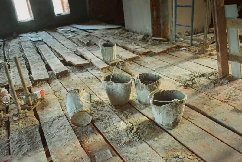 在建造场所的老肮脏的桶 免版税库存照片