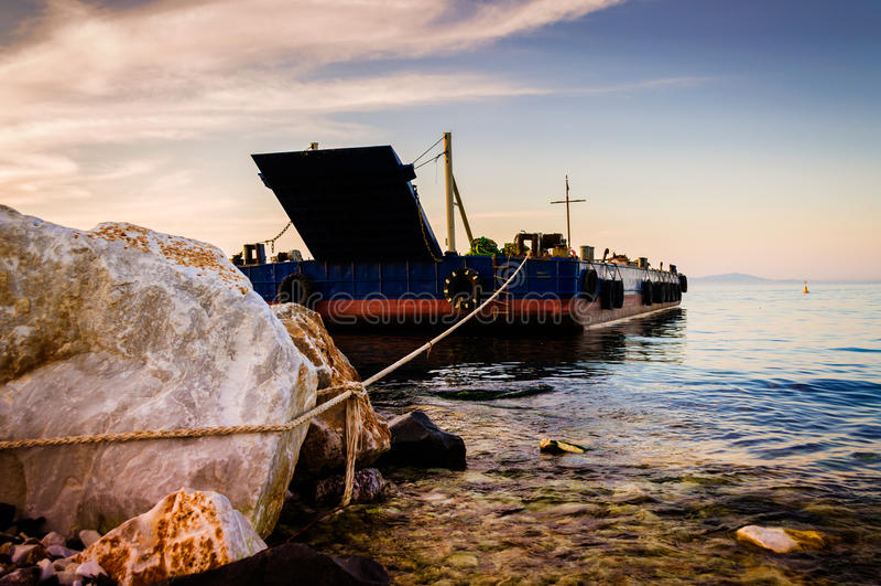 Download 在建造场所的车海滨的 编辑类库存图片. 图片 包括有 梦想, 区域, 云彩, 城市, marmara, 室外 - 72353674