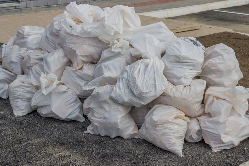 在建造者袋子的建筑废物 免版税库存图片