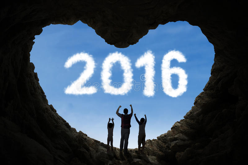 在洞里面的快乐的家庭与第2016年 库存照片